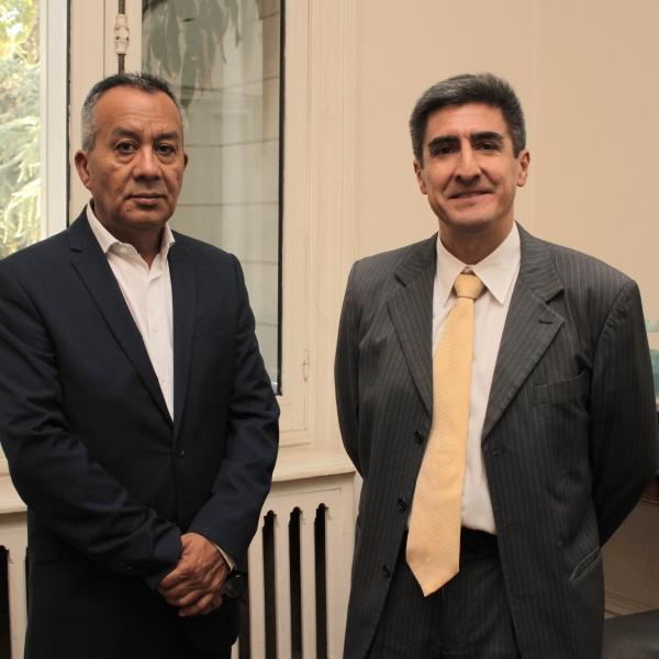 Manuel Ahumada junto al Ministro Consejero Encargado de Cultura y Diplomacia Pública Embajada de Perú, Alejandro Neyra