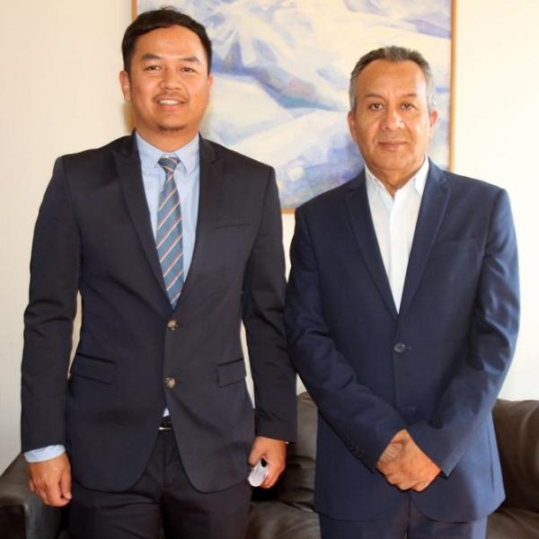 El director ejecutivo de la Fundación, Manuel Ahumada con el Secretario de Cultura de la Embajada de la Indonesia, Gilang Gumilar.